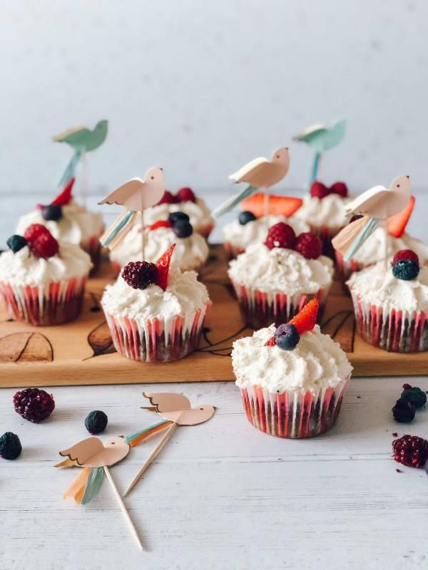 Čokoladni cupcakesi s puhasto vanilijevo kremo