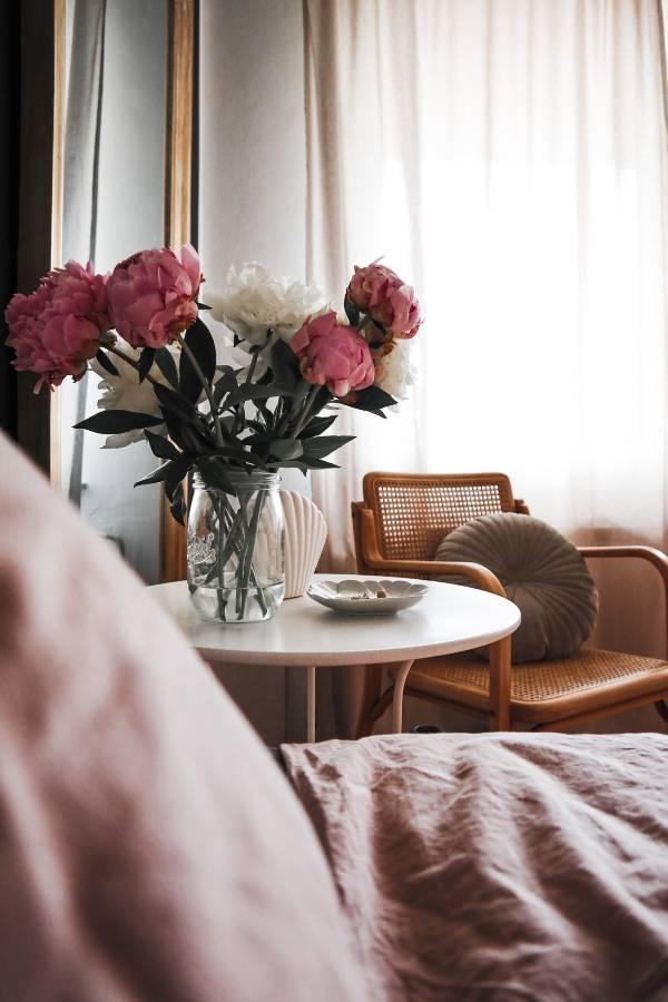 Carica sveta, spalnica, sveže cvetje