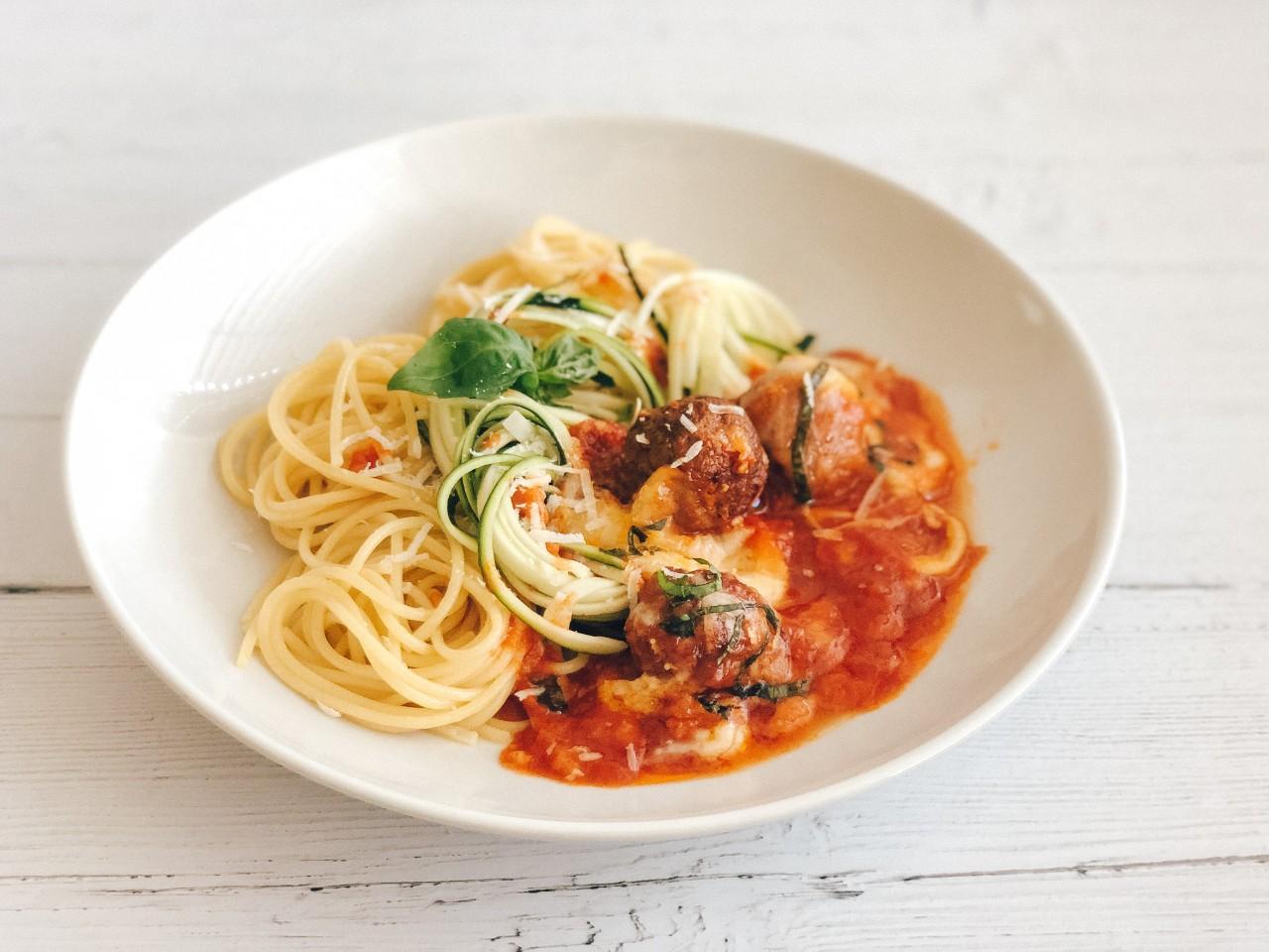 Pečene mesne kroglice s špageti in bučkinimi rezanci