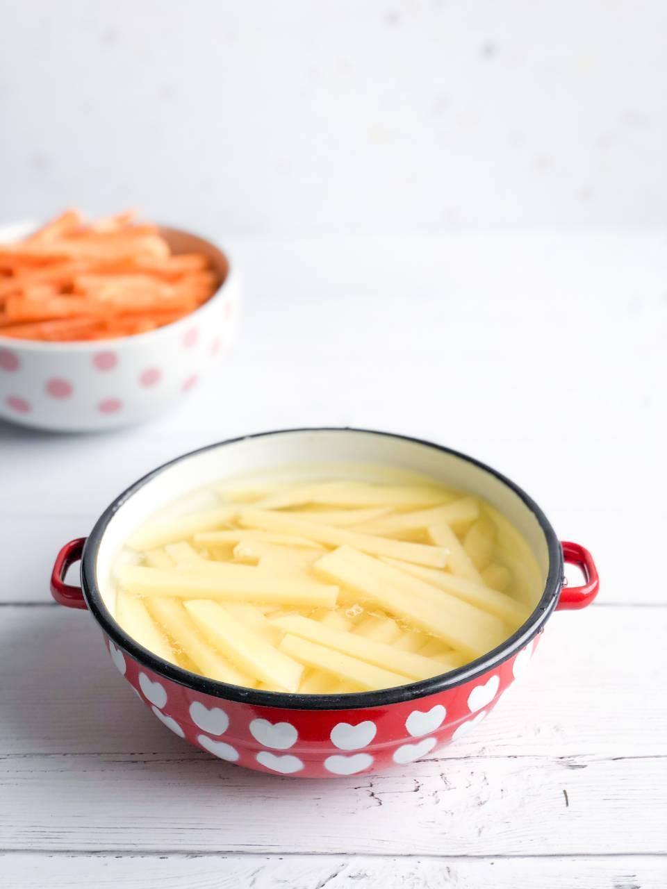 Navadni krompir narezan na palčke