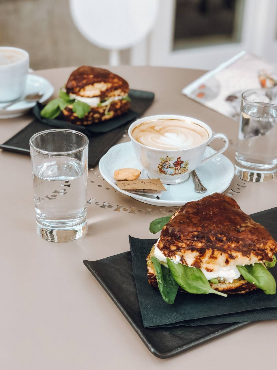 Pesto sendvič in kavica_Lolita Eipprova