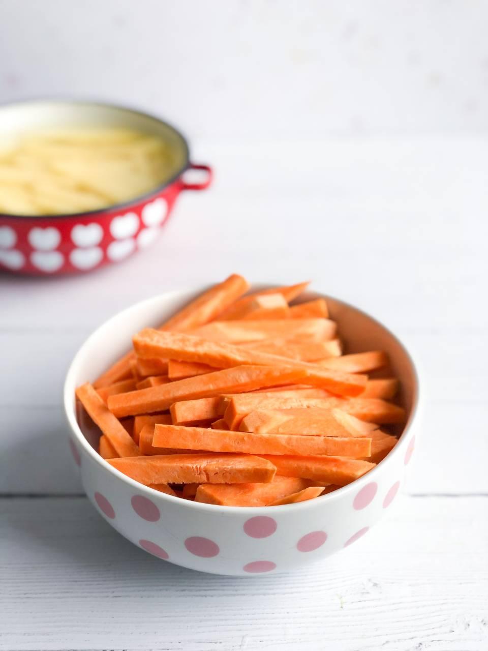 Sladki krompir narezan na palčke
