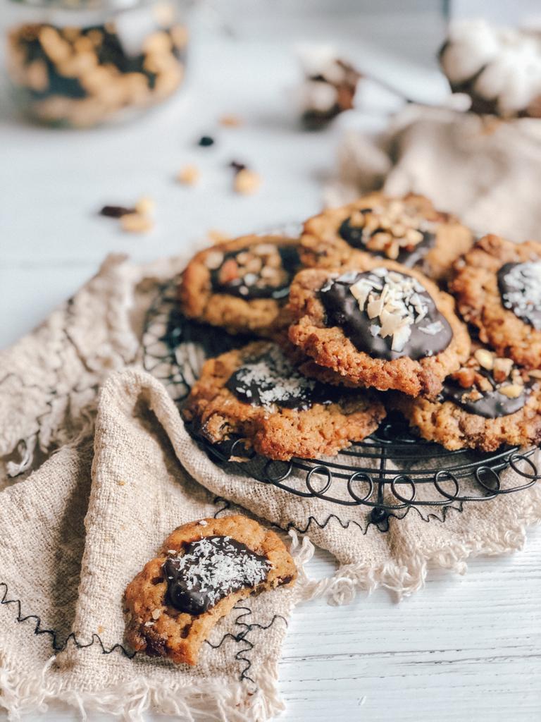Praznični piškoti s kokosom, mandlji in čokolado
